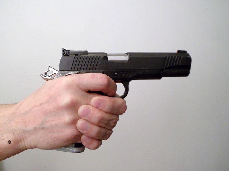 Drzanje pistolja sa desne strane